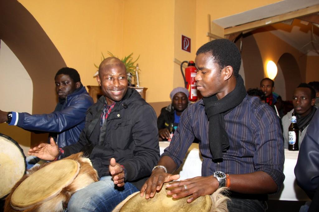 Alhassan Nadagombo, ehem. Mitglied der Fußballnationalmannschaft von Togo und von Askania leitet die Musikgruppe WORLD MELANGE