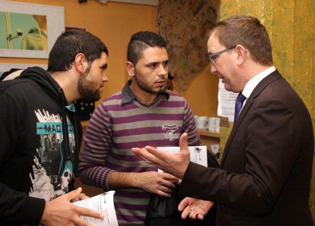 Landrat Markus Bauer diskutiert mit Kriegsflüchtlingen