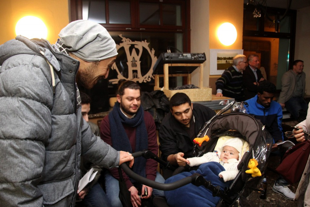 Junge Flüchtlingsfamile die Ihre Studium abbrechen mussten und nun an der Hochschule Anhalt einen Intensivsprachkurs besuchen