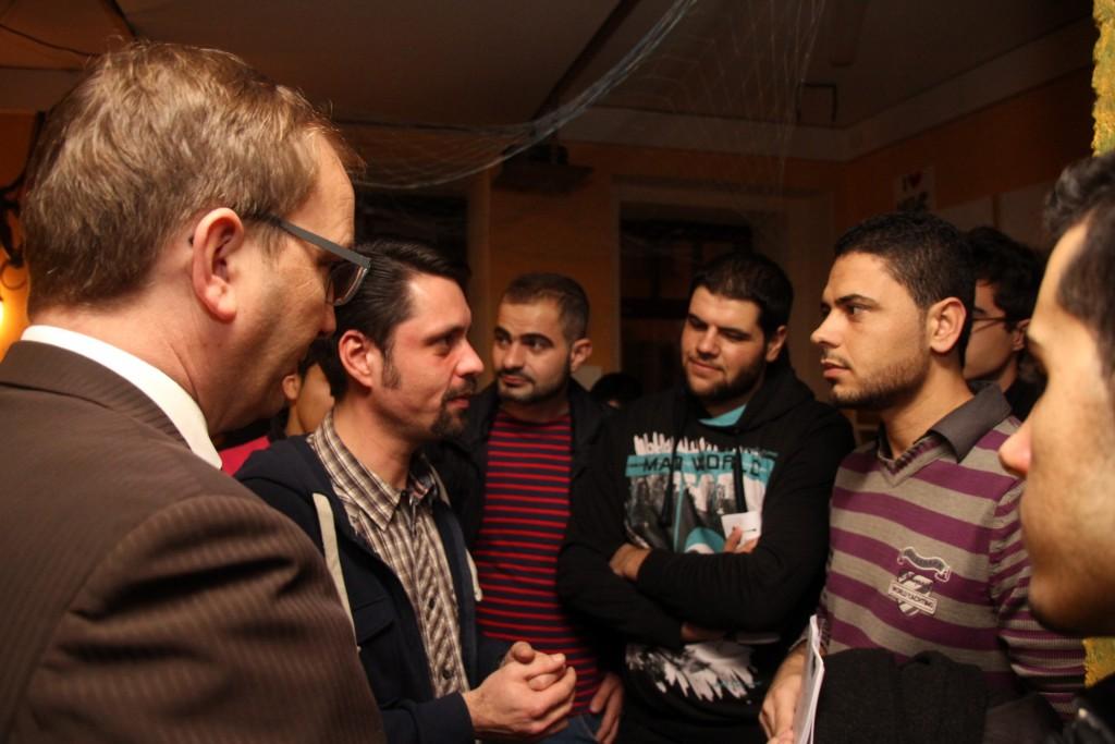 Landrat Markus Bauer und Seluan Al-Chakmakch führen zahlreiche Gespräche mit Flüchtlingen