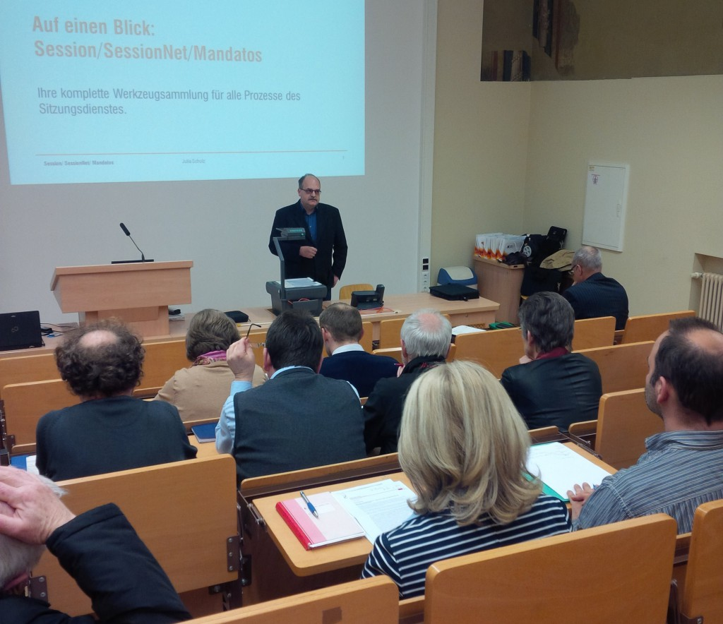 Hauptamtsleiter Herr Hohl erklärt die zukünftigen Möglichkeiten des Moduls SESSION im Alten Rathaus